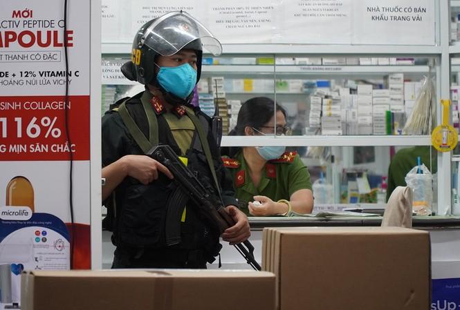 Cảnh sát cơ động tại quầy thuốc trên đường Phan Đình Phùng, TP Biên Hòa.  Cảnh sát đã niêm phong nhiều thùng thuốc..