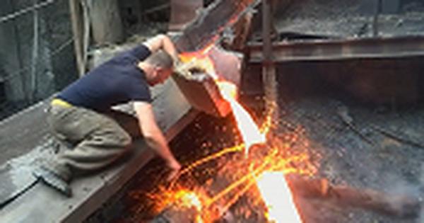 1001 thắc mắc: Vì sao thọc tay vào kim loại nóng chảy mà không bị bỏng?