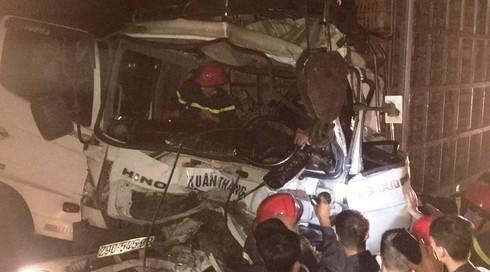 Hàng chục người phá cửa cứu tài xế mắc kẹt trong cabin sau tai nạn