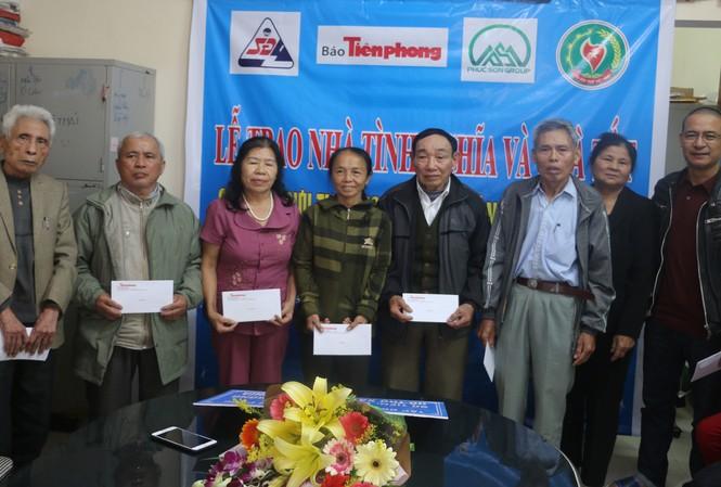 Báo Tiền Phong và nhà tài trợ trao 100 triệu đồng cho cựu TNXP Nghệ An
