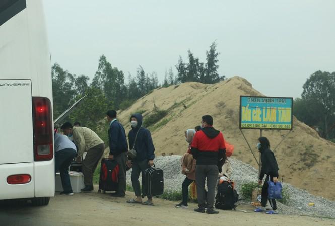 Sau tết, lao động Nghệ An hối hả đón xe vào Nam, ra Bắc