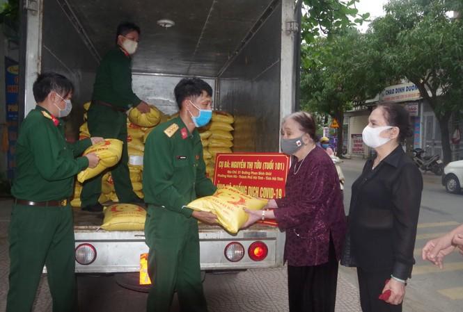 Cụ bà 101 tuổi dành tiền tiết kiệm mua 2 tấn gạo ủng hộ vùng cách ly