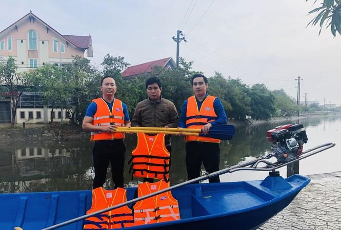 Tỉnh đoàn Hà Tĩnh trao tặng phao cứu sinh, thuyền hỗ trợ dân vùng lũ