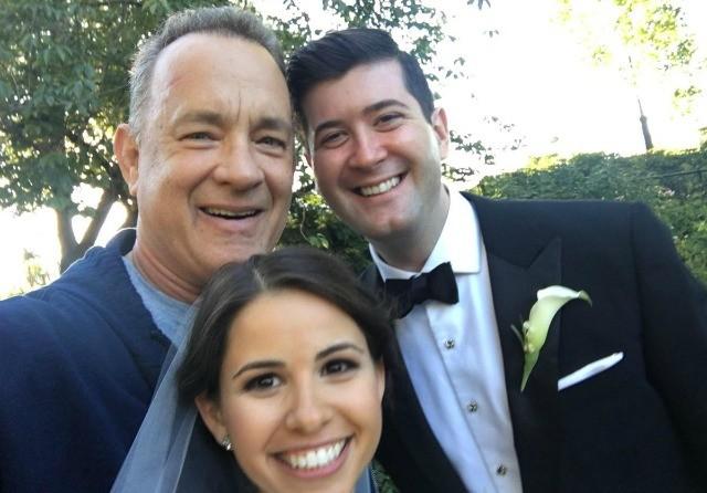 """Tom Hanks chủ động """"selfie"""" với đôi trẻ ở New York"""