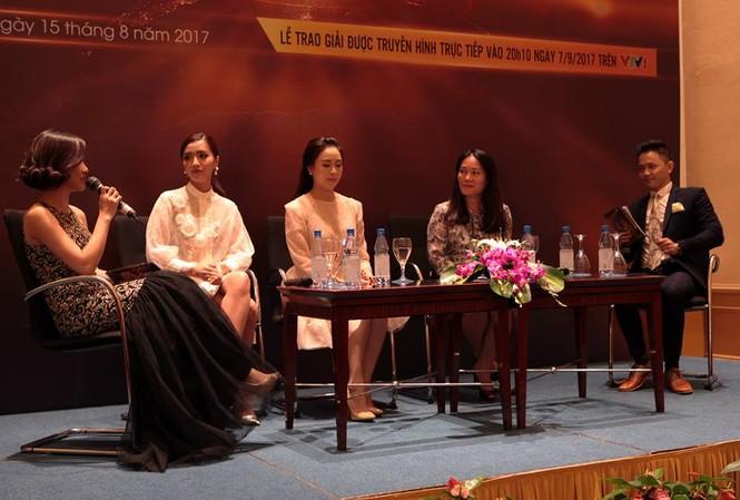Nhà báo Tạ Bích Loan trong buổi họp báo VTV Awards