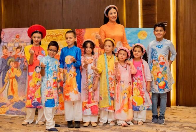 Hoa hậu Ngọc Hân là 1 trong những NTK áo dài tích cực quảng bá áo dài trong nhiều sự kiện văn hóa chính trị quan trọng ở nước ngoài