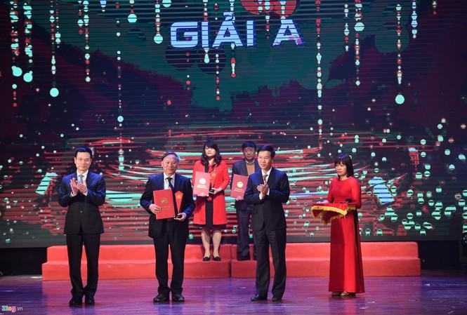 GS.TS. Nguyễn Quang Ngọc đại diện tập thể tác giả lên nhận giải A cho công trình sách do cố GS. Phan Huy Lê tổng chủ biên