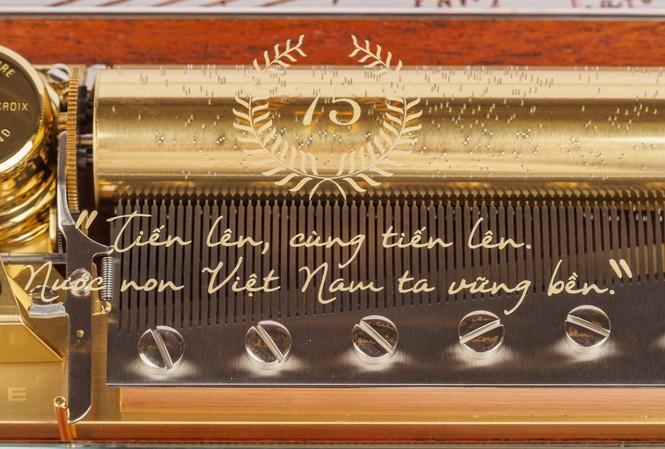 """""""Tiến quân ca"""" được đưa vào hộp nhạc xa xỉ"""