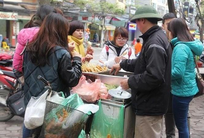 Học sinh ăn đồ ăn vặt chiên rán ở các xe bán hàng rong.