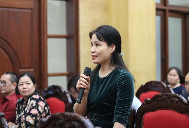 Đại diện trường học đặt câu hỏi với Trưởng phòng GD&ĐT tại buổi đối thoại.
