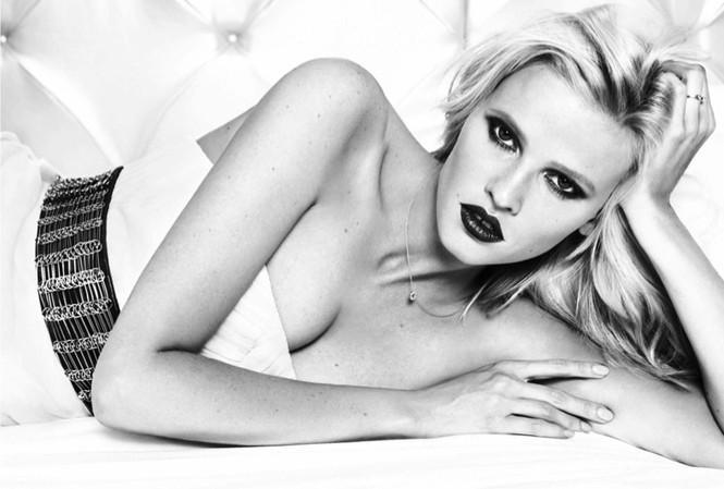 Lara Stone là người mẫu Hà Lan nổi tiếng với thân hình nóng bỏng, vòng 1 gợi cảm và hàm răng thưa ấn tượng.