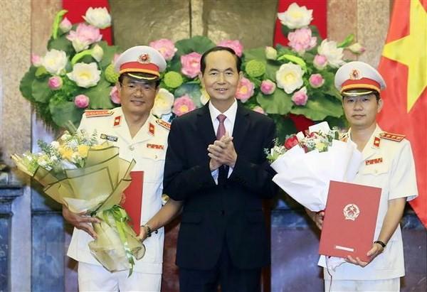 Chủ tịch nước Trần Đại Quang trao Quyết định bổ nhiệm chức vụ Phó Viện trưởng Viện Kiểm sát nhân dân Tối cao cho ông Nguyễn Huy Tiến (bên trái) và ông Nguyễn Văn Quảng (bên phải). (Ảnh: Nhan Sáng/TTXVN)