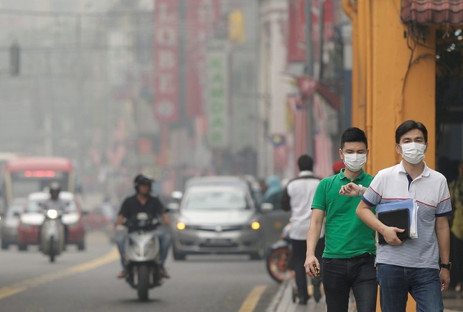 Ảnh minh họa: Người đi bộ đeo khẩu trang để phòng tránh ô nhiễm không khí ở Kuala Lumpur, Malaysia. - Medium.