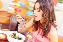 Nhiều người né tránh cơm nhà vì ngại đối diện với những câu hỏi khó từ bố mẹ như bao giờ lập gia đình. Ảnh: The Soup.