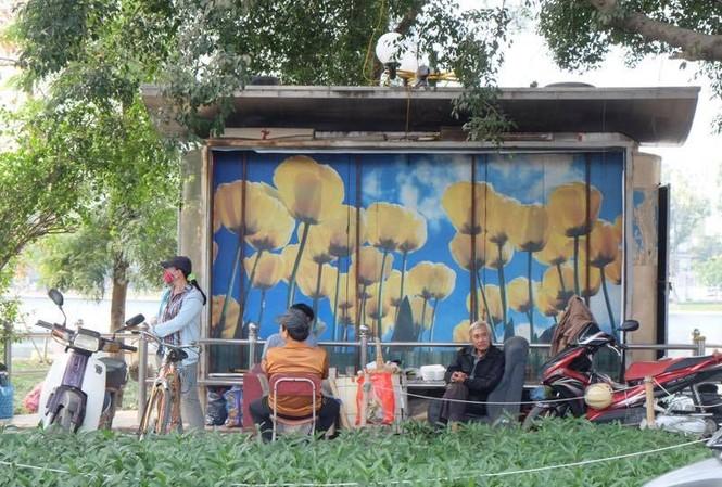 Muôn kiểu ăn uống quanh nhà vệ sinh ở Hà Nội