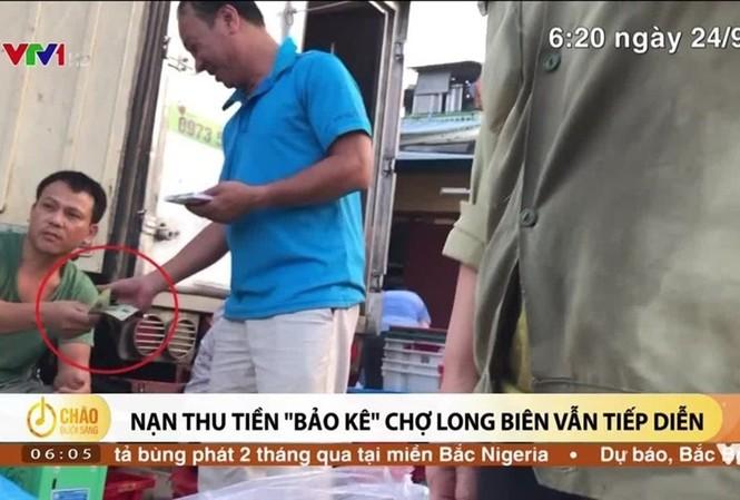 Các PV ghi lại hình ảnh thu tiền bảo kê tại chợ Long Biên. Ảnh cắt clip VTV