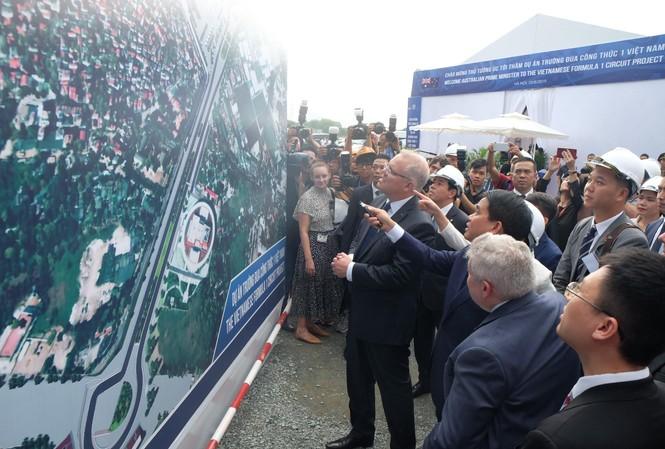 Thủ tướng Australia Scott Morrison xem sơ đồ đường đua F1.