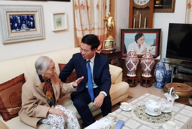 Ông Võ Văn Thưởng thăm hỏi, chúc mừng bà Nguyễn Thị Bình, nguyên Phó Chủ tịch nước, nguyên Bộ trưởng Bộ Giáo dục.