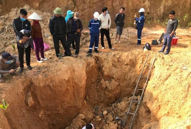 Phòng Tài nguyên & Môi trường huyện Sóc Sơn xuống hiện trường lấy mẫu xét nghiệm theo yêu cầu của cơ quan công an.