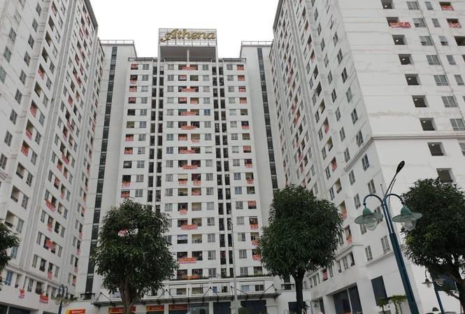 Cư dân chung cư Athena Complex Xuân Phương treo băng rôn khắp tòa nhà để phản đối chủ đầu tư.