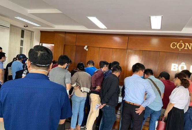 Người dân chen lấn nộp hồ sơ xin xác nhận tại quận Hải An