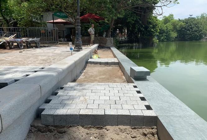 Sau kè bê tông đúc, vỉa hè, đường dạo Hồ Gươm được lát đá tự nhiên