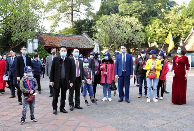 Du lịch Hà Nội đón đoàn khách đầu tiên đến Thủ đô năm 2021 tại Văn Miếu - Quốc Tử Giám.