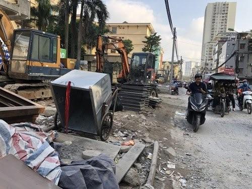 Đường Vũ Trọng Phụng (quận Thanh Xuân) gần đây trở thành con đường khổ với bụi bặm từ công trình mở đường.