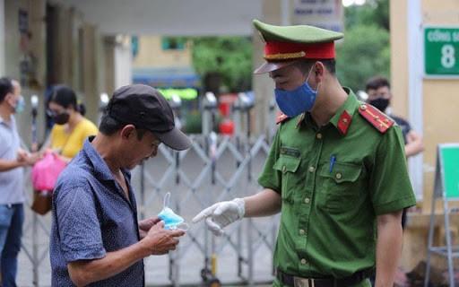 Một người dân không đeo khẩu trang khi vào bệnh viện ở Hà Nội bị nhắc nhở - Ảnh minh họa