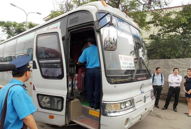 Thanh tra giao thông Hà Nội kiểm tra thiết bị GPS của nhiều xe khách tại các bến xe Hà Nội. Ảnh: T.Đảng