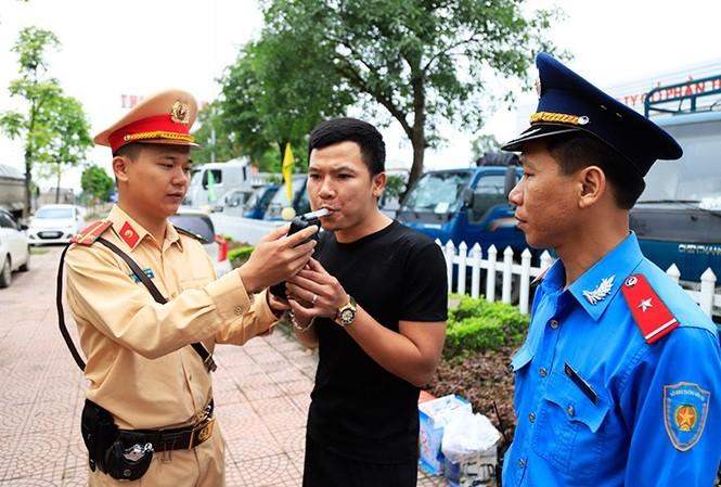Liên ngành Cảnh sát, thanh tra kiểm tra chất gây nhiện trên đường. Ảnh: T.Đảng