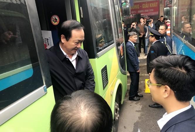 Phó Chủ tịch Hà Nội lên xe kiểm tra công tác phục vụ tại bến xe Giáp Bát chiều 20/1. Ảnh: T.Đảng