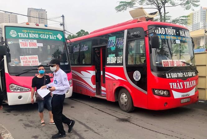 Để thực hiện quy định 4 ngày qua DN vận tải tại các bến xe Hà Nội phải khai bản giấy thay việc khai báo điện tử. Ảnh: T.Đảng