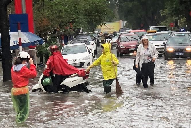 Hàng nghìn người lao động trên nhiều lĩnh vực công ích đang bị TP Hà Nội nợ quỹ thanh toán lương.