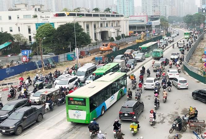 Phân luồng phương tiện qua công trường hầm chui Lê Văn Lương ra sao?