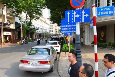 Nhiều ô tô đậu nối đuôi nhau trên đường Đồng Khởi dù ngay đó có biển cấm. Ảnh: LÊ THOA