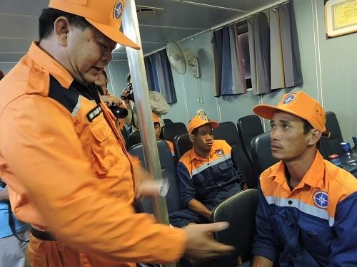 Lãnh đạo Trung tâm Tìm kiếm cứu nạn khu vực 3 xuống thăm hỏi động viên 10 thuyền viên tàu BĐ 95956 TS