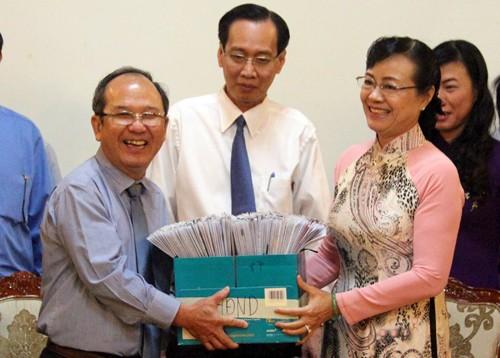 Chủ tịch Ủy ban bầu cử TP HCM trao hồ sơ cho Ủy ban MTTQ Việt Nam TP HCM. Ảnh: Trung Sơn