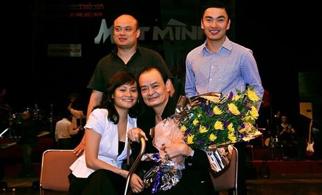 """Nhạc sỹ Thanh Tùng và 3 con trong một đêm nhạc """"Một mình"""" diễn ra cách đây khá lâu. Ảnh: TL."""