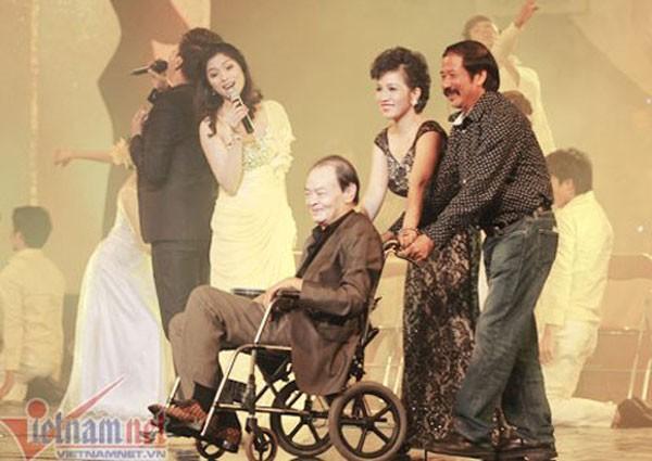 'Nhìn Thanh Tùng chật vật ngồi xe lăn mà ứa nước mắt'