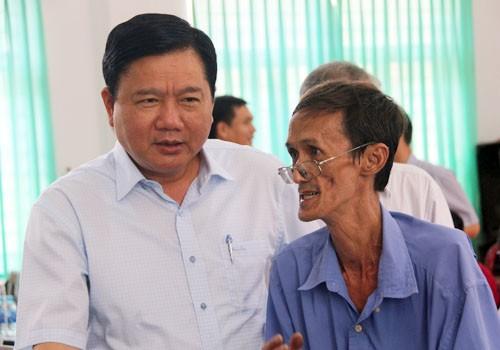 Bí thư Thành ủy TP HCM Đinh La Thăng trao đổi với người dân xã Đông Thạnh, huyện Hóc Môn. Ảnh: Thiên Ngôn