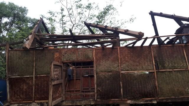 Lốc xoáy khiến nhiều nhà dân bị hư hỏng, tốc mái