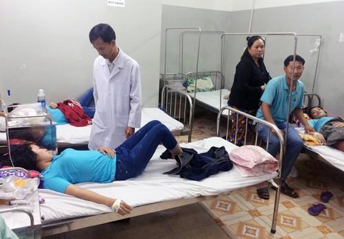 Các công nhân đang cấp cứu tại bệnh viện ở Củ Chi. Ảnh: Sơn Hòa