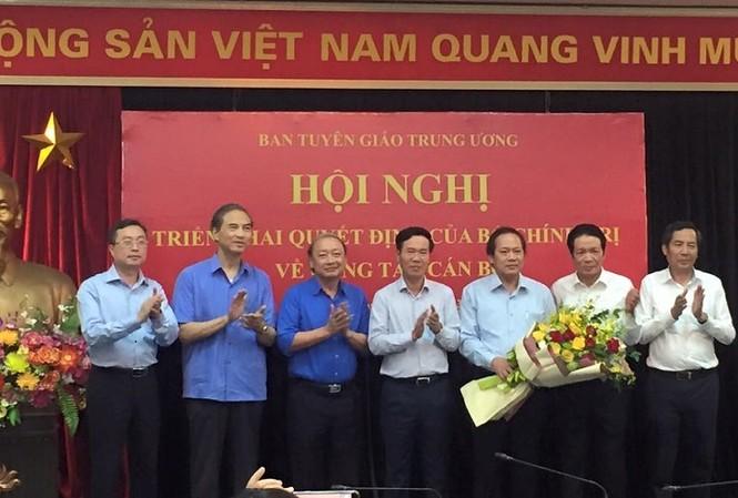 Ông Võ Văn Thưởng trao quyết định và tặng hoa ông Trương Minh Tuấn