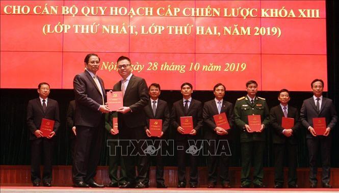 Ông Phạm Minh Chính, Trưởng Ban Tổ chức Trung ương trao Giấy Chứng nhận tốt nghiệp cho học viên (ảnh TTXVN)
