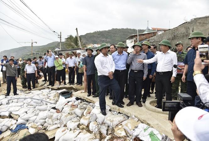Phó Thủ tướng Trịnh Đình Dũng kiểm tra công tác phòng chống bão tại Bình Định (ảnh N.B)