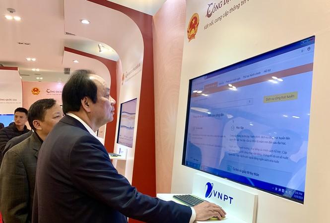 Bộ trưởng, Chủ nhiệm VPCP Mai Tiến Dũng kiểm tra Cổng dịch vụ công Quốc gia trước giờ khai trương.