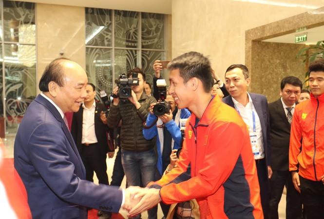 Thủ tướng chúc mừng các cầu thủ bóng đá Việt Nam. Ảnh Như Ý.