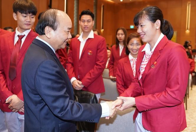 Thủ tướng Nguyễn Xuân Phúc chúc mừng VĐV Nguyễn Thị Ánh Viên (ảnh Q.H)
