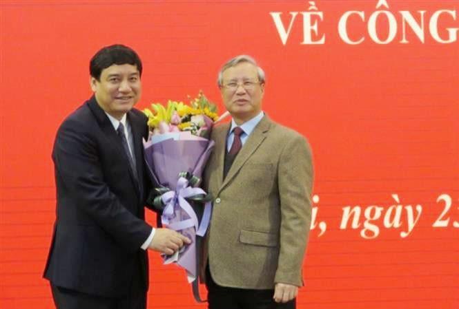 Thường trực Ban Bí thư Trần Quốc Vượng tặng hoa chúc mừng ông Nguyễn Đắc Vinh (ảnh TTXVN)